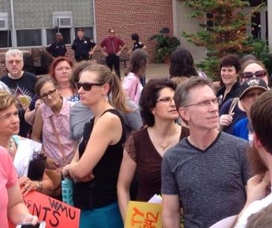 WMU faculty rally on September 5, 2014. (Photo by Brian Tripp.)